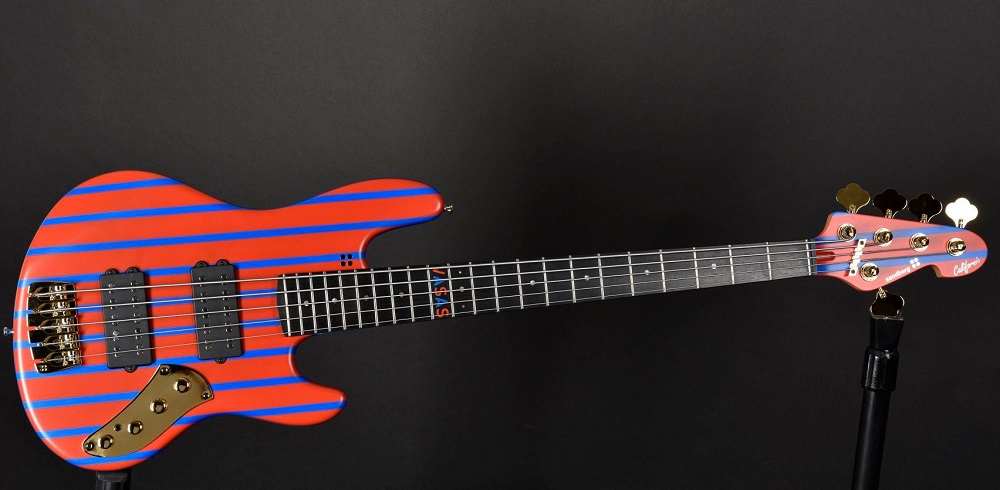 A piros-kékre festett gitár